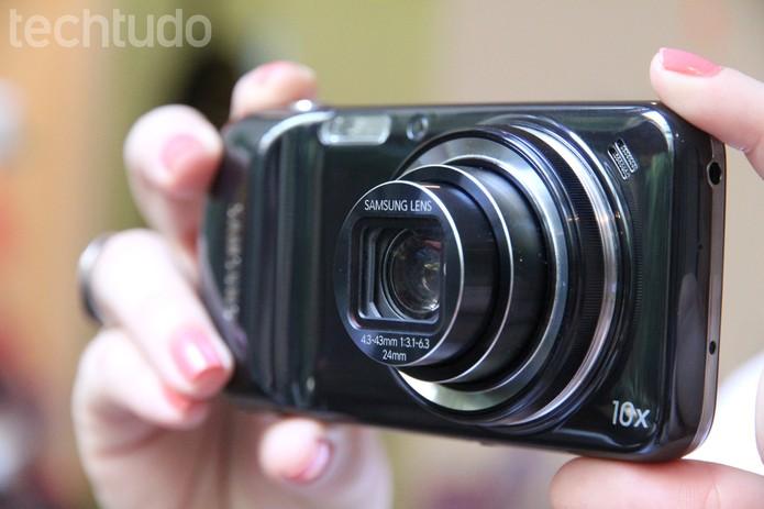 Samsung Galaxy S4 Zoom é um híbrido de smartphone com câmera  (Foto: Luciana Maline/TechTudo)