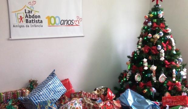 Doações foram entregues nesta terça-feira à instituição centenária (Foto: RBS TV/Divulgação)