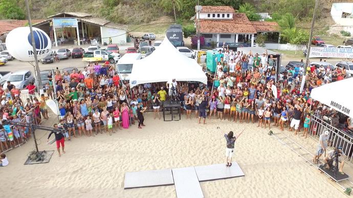 Plateia lotou a praia da Barra do Cunhaú (Foto: Alexandre Gomes)