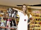 Luana Piovani posa de vestidinho curto em noite de autógrafos