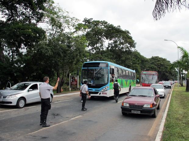 Agentes da polícia controlam tráfego no eixinho L após colisão entre dois ônibus e um carro de passeio (Foto: G1)