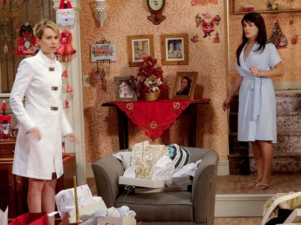 Juliana e Carolina se assustam com a chegada de Manoela (Foto: Guerra dos Sexos / TV Globo)