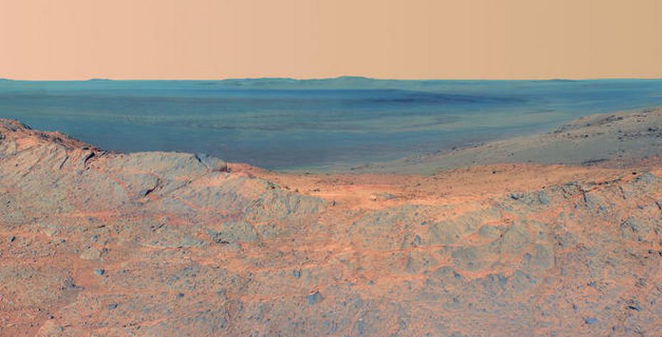 Panorama de uma das crateras de Marte: evidência de água líquida e salgada em solo marciano mobilizou internautas (Foto: NASA)