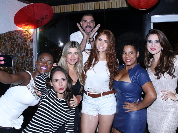 BBBs Angélica, Jakeline, Iris Stefanelli, Amanda Gontijo, Vagner Lara, Janaina do Mar e Kamilla Salgado em restaurante em São Paulo (Foto: Thiago Duran/ Ag. News)