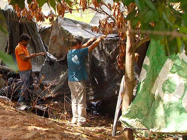 Terreno às margens de linha férrea em Campinas é invadida (Foto: Reprodução EPTV)