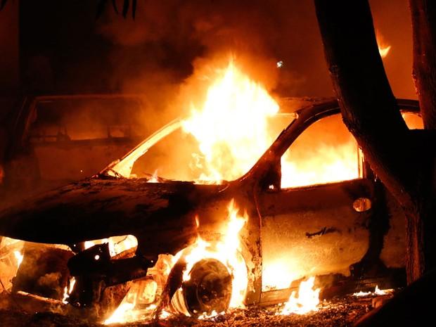 Fogo foi controlado por populares na noite de domingo (28) (Foto: Odair Oliveira/Sento Sé em Foco)