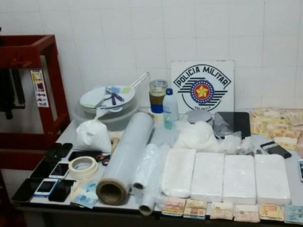 Material encontrado com o grupo foi apreendido (Foto: Divulgação/Polícia Militar)
