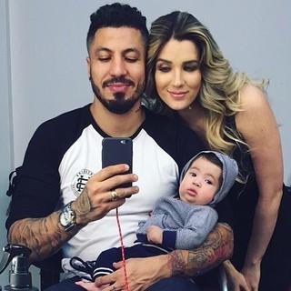 Mais um momento em trio: uma selfie feita por Fernando. Mas quem rouba a cena, claro, é Lucca. (Foto: Reprodução / Instagram)