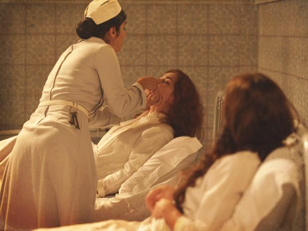 Hilda se distrai com Judite. A hora certa para Laura agir (Foto: Lado a Lado / TV Globo)