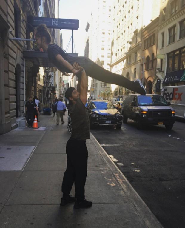 Zendaya recria salto de 'Dirty Dancing' em Nova York (Foto: Reprodução/Instagram)