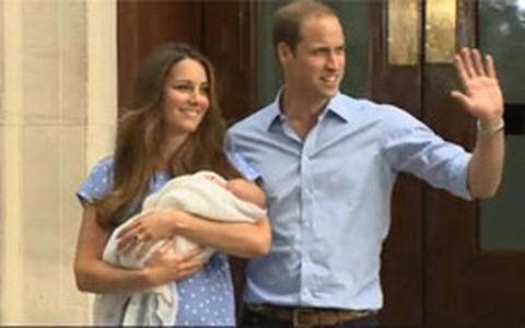 'Ele tem mais cabelo do que eu', diz Príncipe William com bebê no colo