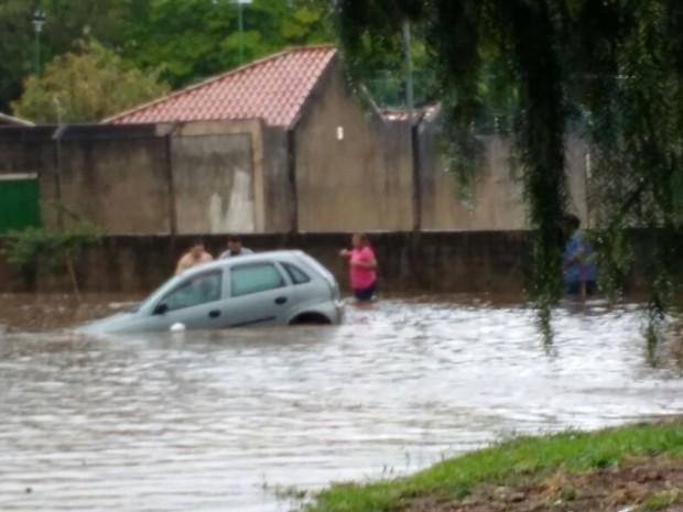 Chuva provocou alagamento em Indaiatuba, nesta sexta-feira (Foto: Elizeu Cabral)