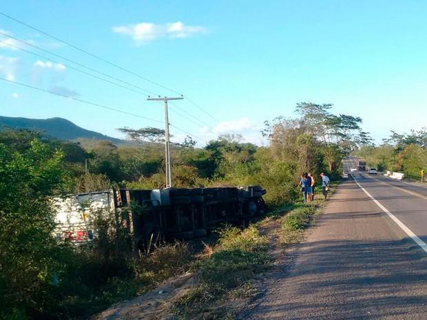 Motorista conseguiu sair ileso após carreta que dirigia capotar na Bahia (Foto: Henrique Morgado/Arquivo Pessoal)