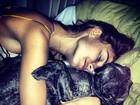 Ainda na cama,Thaila Ayala posa agarradinha com cãozinho: 'Meu filho'