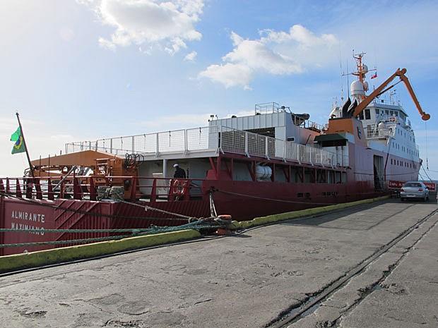 Visão do navio polar Almirante Maximiano, incorporado à frota da Marinha Brasileira em 2009 e utilizado em missões na Antártica (Foto: Eduardo Carvalho/G1)