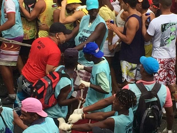 Cordeiros puxando cordas no carnaval de Salvador (Foto: Tatiana Dourado/G1)