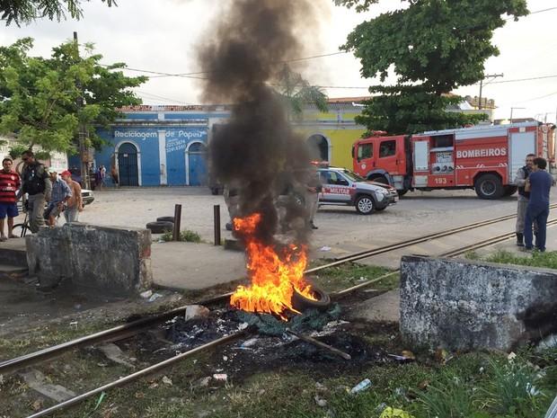 Linhas de trens urbanos da Grande João Pessoa foram bloqueadas por manifestantes (Foto: Walter Paparazzo/G1)