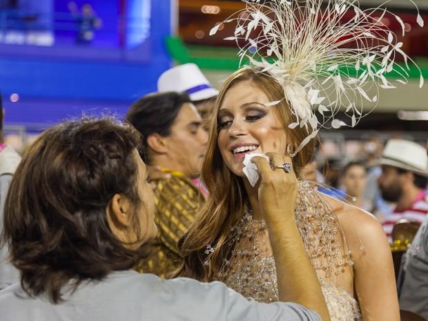 Sempre linda, Marina Ruy Barbosa dá aquele retoque básico na maquiagem (Foto: Artur Meninea / Gshow)