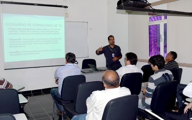 Gerente de jornalismo, Jefson Dourado, explicou as atribuições do departamento de jornalismo (Foto: Fátima Bandeira/Rede Amazônica)