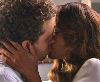 Vinícius e Regina se beijam! (Foto: TV Globo)