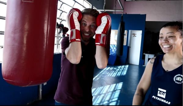 O repórter rafael Ristow entrevistou a atleta da Seleção Brasileira de Boxe, Flávia Figueiredo.  (Foto: divulgação EPTV)