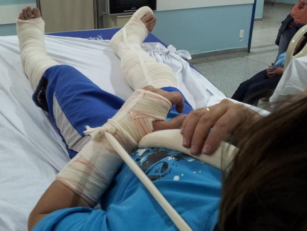 Homem tem pernas e braço imobilizados após tentar salvar esposa de assalto em Piracicaba (Foto: Fernanda Zanetti/G1)