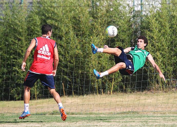 Fluminense - Higor faz gol de bicicleta no treino.  (Foto:  Fernando Cazaes/PhotoCamera)