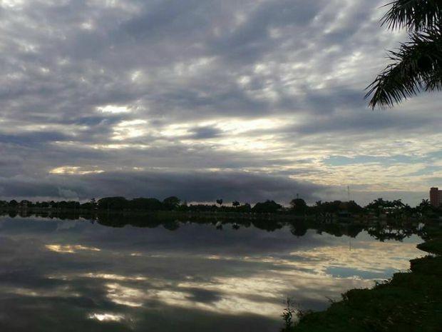 Sol encoberto por nuvens reflete na água da Lagoa Maior, em Três Lagoas  (Foto: Ricardo Ojeda/Arquivo Pessoal)