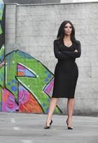 Kim Kardashian mostra as curvas em campanha de rede brasileira