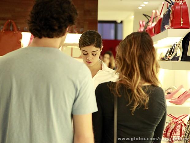 Amora vira vendedora e se vê obrigada a atender Bento e Malu (Foto: Ellen Soares / TV Globo)
