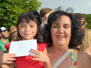 Gisele Aparecida Moriali Negreiro segura cartinha que escreveu para o Papai Noel (Foto: Fernanda Zanetti/G1)