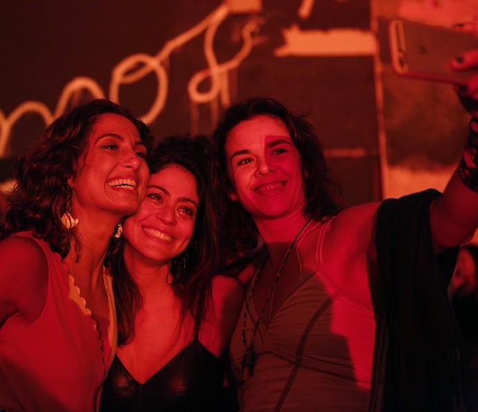 Camila Pitanga e amiga posam com Carol Castro, que se emocionou ao ver o primeiro capítulo da novela (Foto: Inacio Moraes/ Gshow)