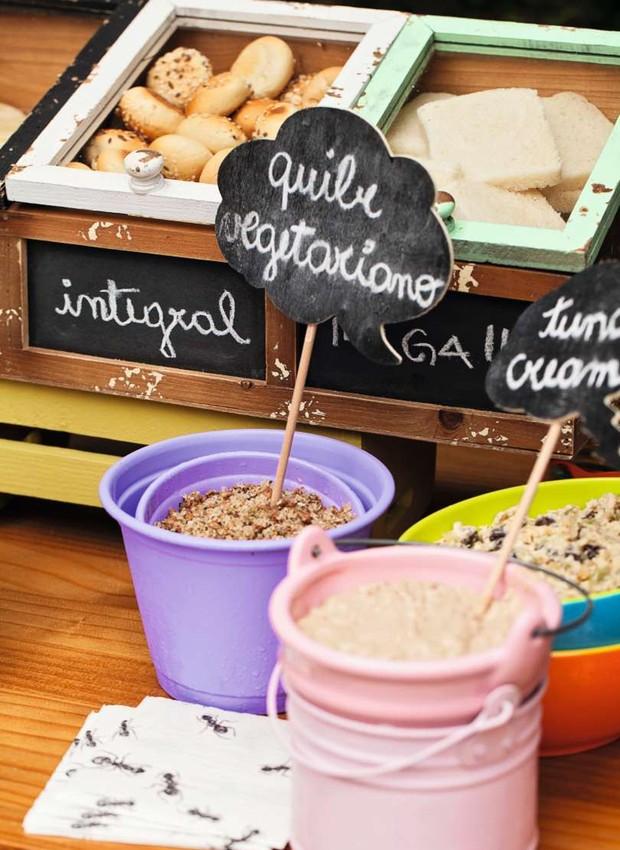 A estação-bar de lanches saudáveis, com diferentes pães e recheios. Latinhas coloridas e bowls Ideia Única (Foto: Elisa Correa)