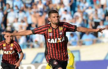 Santa Cruz mira contratação do volante Jadson, do Atlético-PR