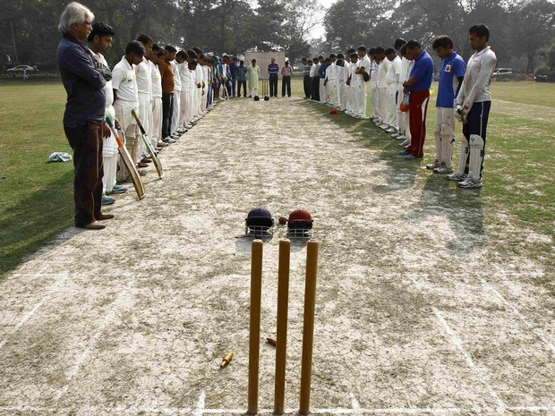Times locais de críquete fazem minuto de silência pela morte do jogador australiano Phillip Hughes antes de partida em Kolkata, na Índia. Hughes morreu em um hospital de Sydney dois dias após ser atingido por um balaço na cabeça enquanto jogava (Foto: Rupak De Chowdhuri/Reuters)