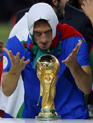 Totti faz graça com a Taça Fifa na Copa do Mundo de 2006 conquistada pela Itália (Foto: AP Photo/Jasper Juinen, file)