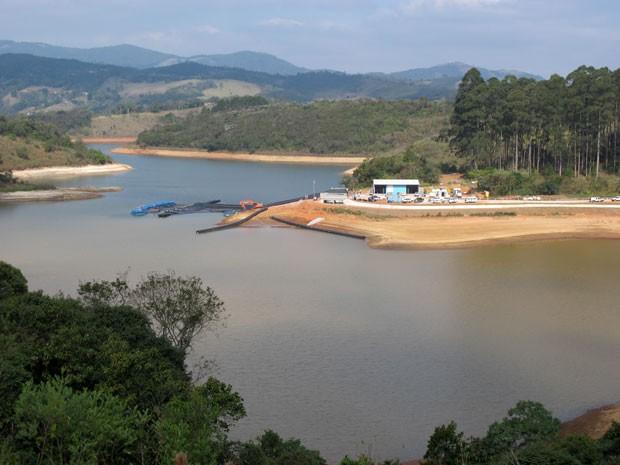 Sistema de captação de água na Represa de Nazaré Paulista (Foto: Isabela Leite/G1)