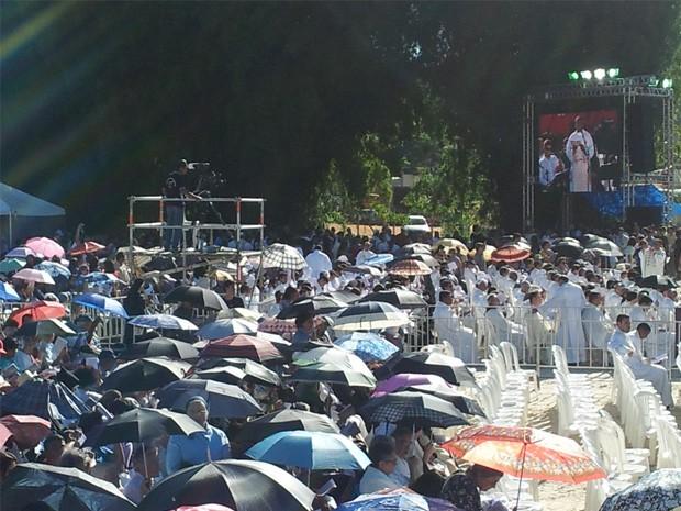 Debaixo de muito sol, fiéis acompanham cerimônia de beatificação. (Foto: Samantha Silva / G1)