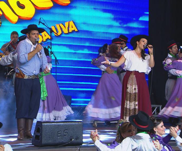 Joca Martins e Juliana Spanevello no Galpão Crioulo na Festa da Uva (Foto: Reprodução/RBS TV)