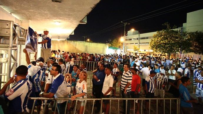 Torcida do CSA faz fila antes do jogo contra o São Paulo (Foto: Jonathan Lins/G1)