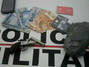 Material levado pelos assaltantes foi recuperado (Foto: Polícia Militar/Divulgação)