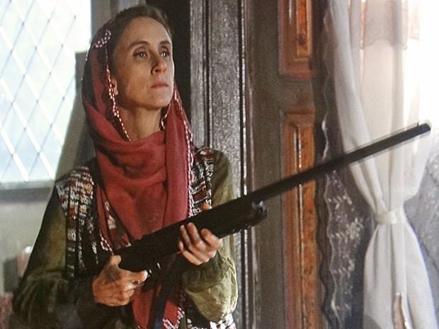 Sarila ameaça Zyah com uma espingarda (Foto: Salve Jorge/TV Globo)
