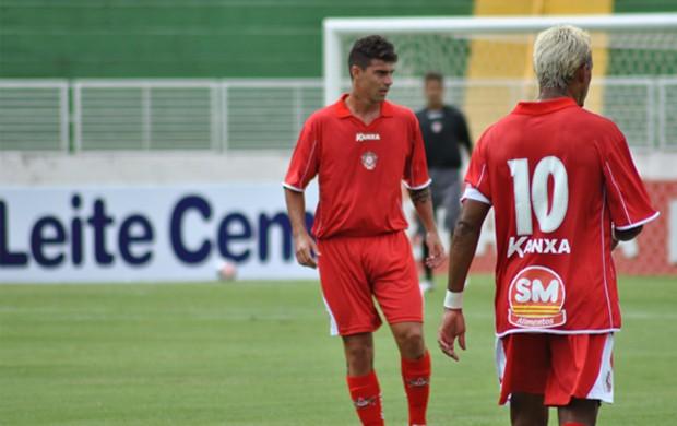 Radamés e Marcelinho Paraíba comandam o meio-campo do Boa Esporte. (Foto: Lucas Magalhães)