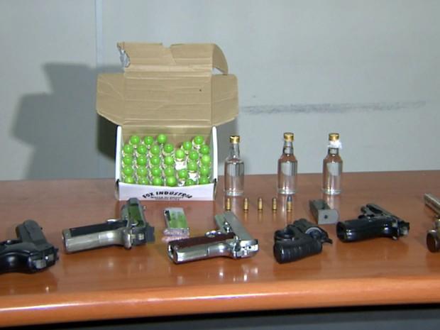 Armas falsas e lança-perfumes foram apreendidos com os suspeitos em Hortolândia (Foto: Reprodução / EPTV)