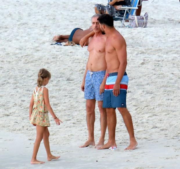 Cauã Reymond curtindo praia do Rio de Janeiro, com o pai, José Marques, e a filha, Sophia (Foto: Dilson Silva/Agnews)