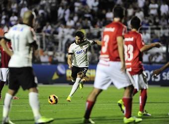 Pato Corinthians Internacional (Foto: Marcos Ribolli)