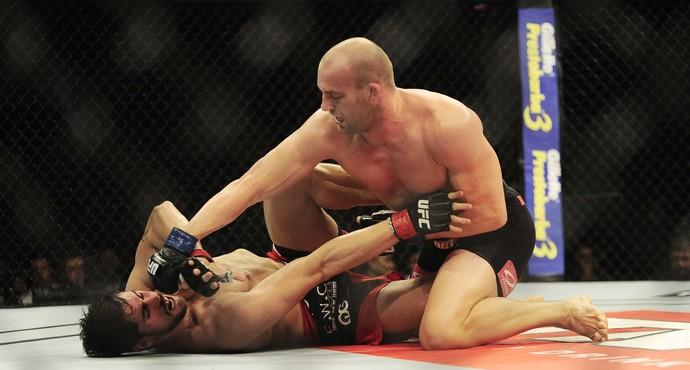 Patrick Cummins golpeia Antônio Cara de Sapato no UFC Barueri (Foto: Marcos Ribolli)