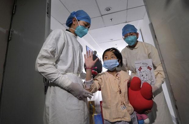 Garota chinesa que foi infectada pelo vírus H7N9 dá entrevista nesta segunda-feira em hospital de Pequim (Foto: Divulgação/Reuters)