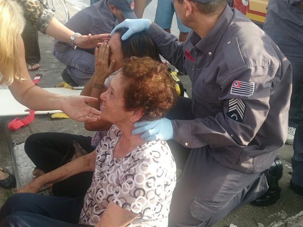 Idosa sorriu após encontrar a filha sem ferimentos em São Vicente, SP (Foto: LG Rodrigues / G1)