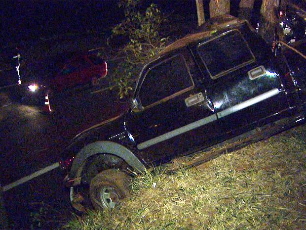 Caminhonete quase caiu em alça de acesso da rodovia após batida (Foto: Ronaldo Oliveira/ EPTV)